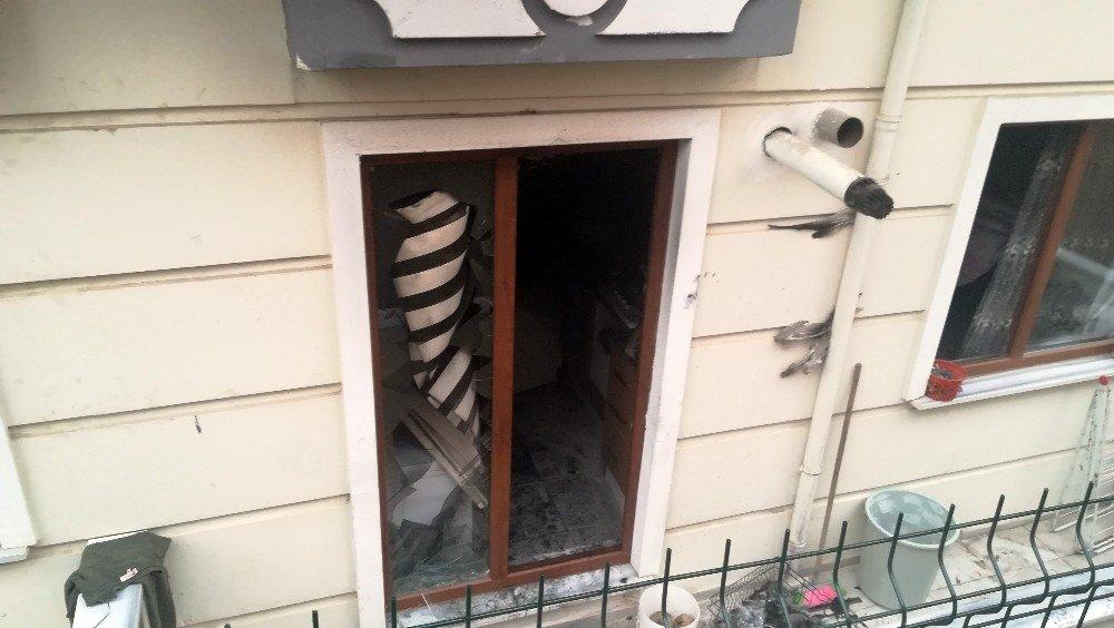7 Katlı Binada Çıkan Yangın 5 Kişiyi Hastanelik Etti