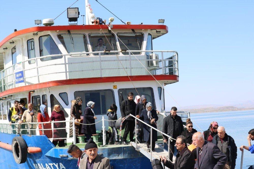 Yaşlıların Tekne Turu Keyfi