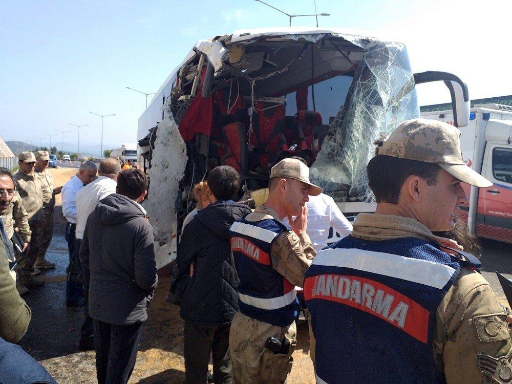 Gaziantep'te Yolcu Otobüsü Buğday Yüklü Tıra Çarptı: 20 Yaralı
