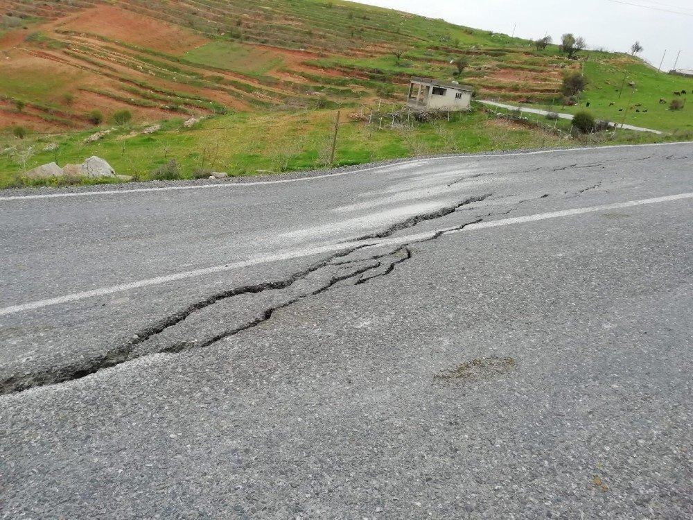 Siirt'te Aşırı Yağışlardan Dolayı Karayolunda Çatlak Meydana Geldi