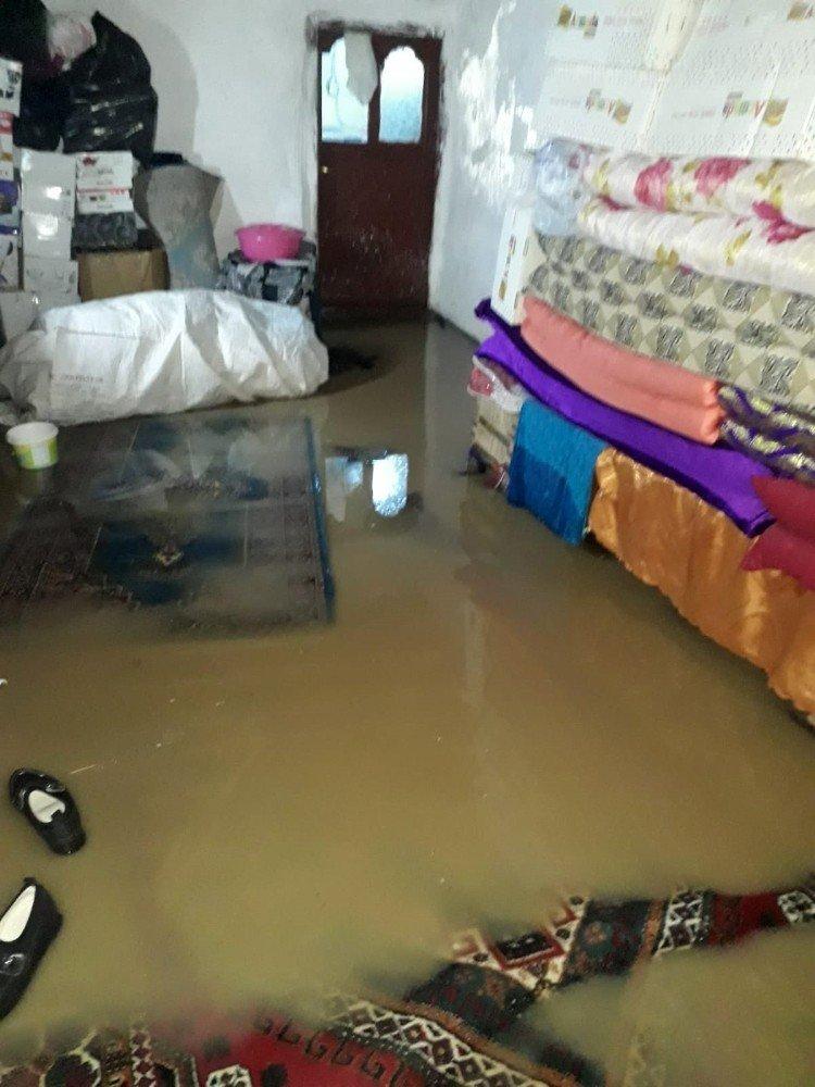 Kızıltepe'de Sağanak Yağış Sonrası Evleri Su Bastı