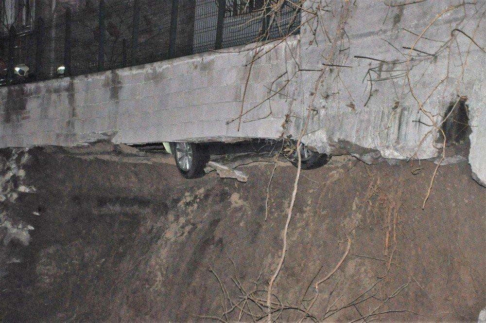 Başkentte İstinat Duvarı Çöktü: 1 Araç Askıda Kaldı