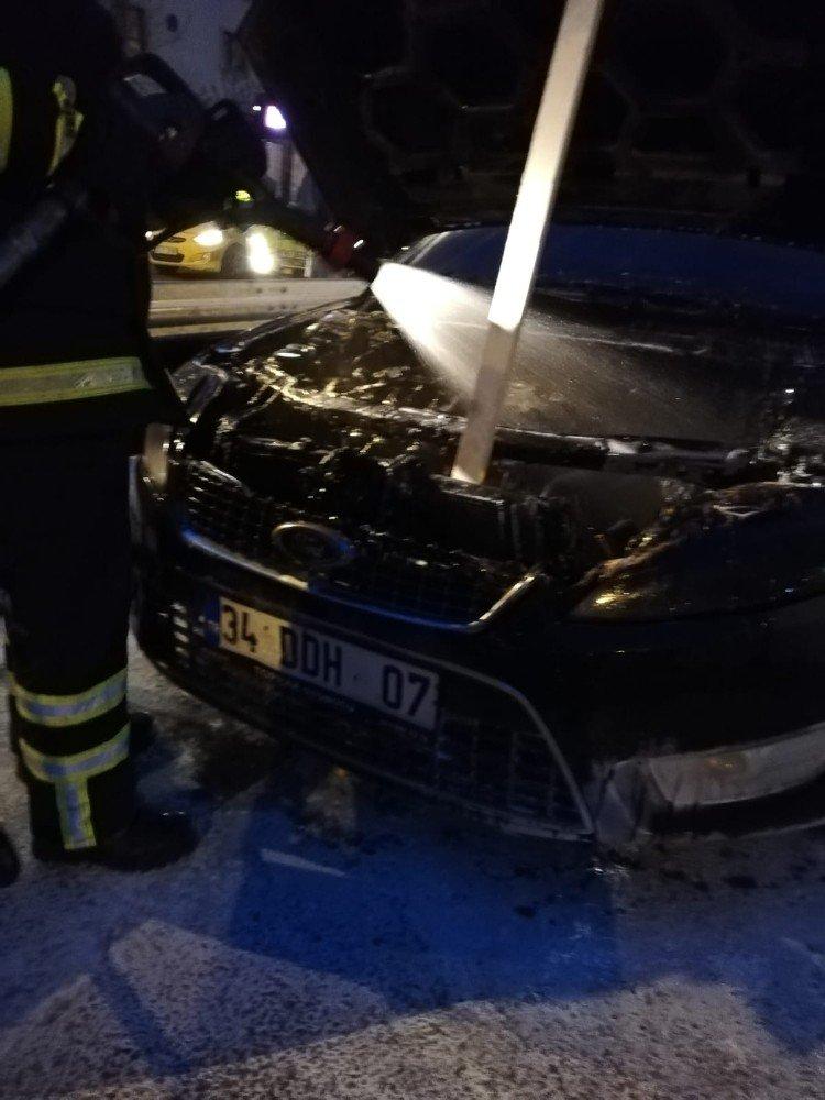 Seyir Halindeki Otomobilde Çıkan Yangın Paniğe Neden Oldu