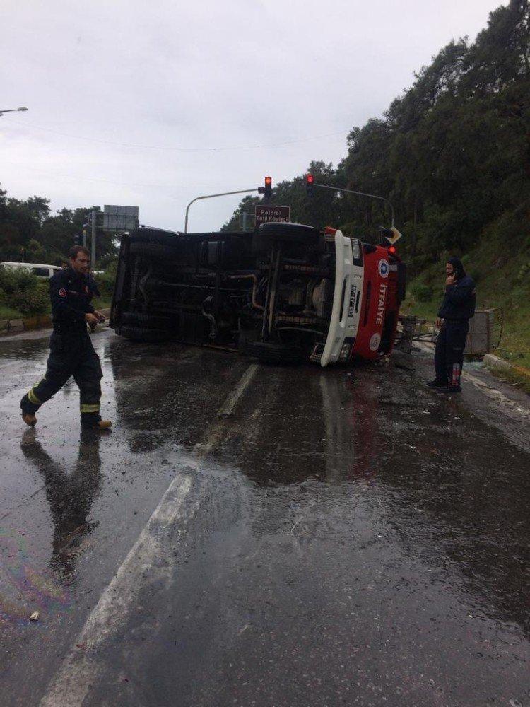 Antalya'da İtfaiye Ekipleri Kaza Yaptı: 3 Yaralı
