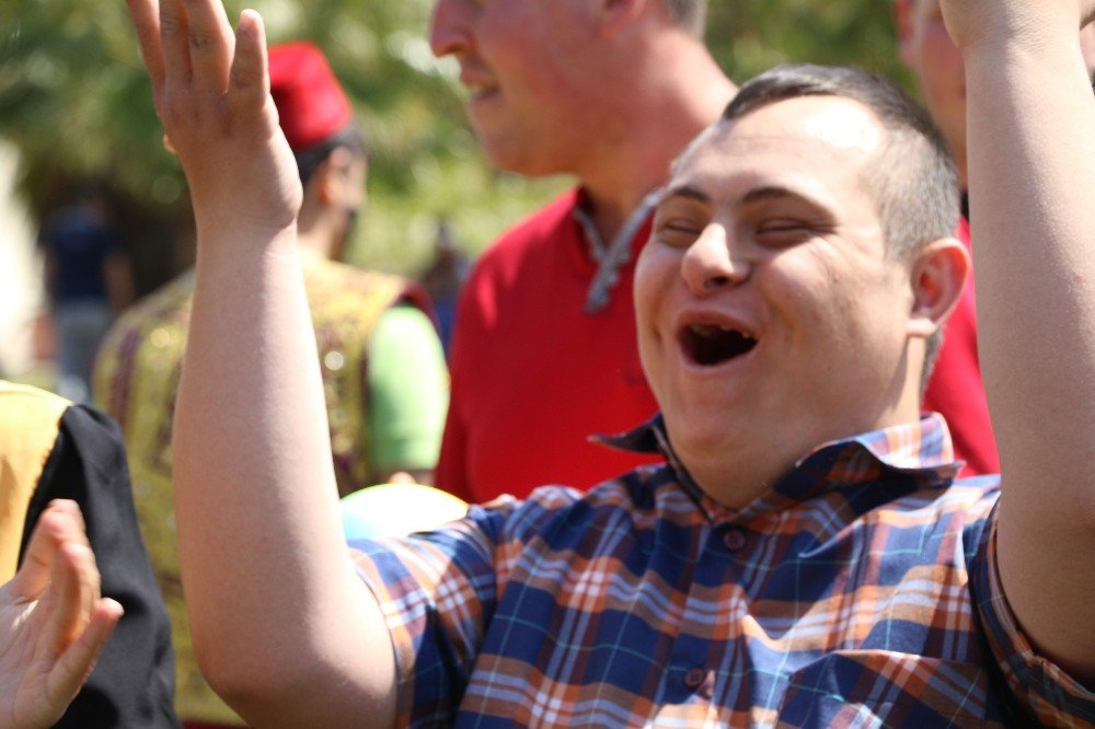 Engelli Gençlerin Mezuniyet Sevinci