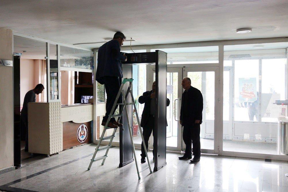 Başkan Tanğlay, Belediye Girişindeki X-ray Cihazını Kaldırdı