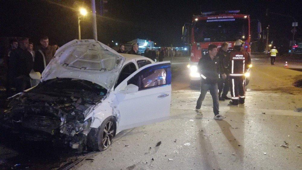 Düzce'de Feci Kaza 4 Kişi Yaralandı