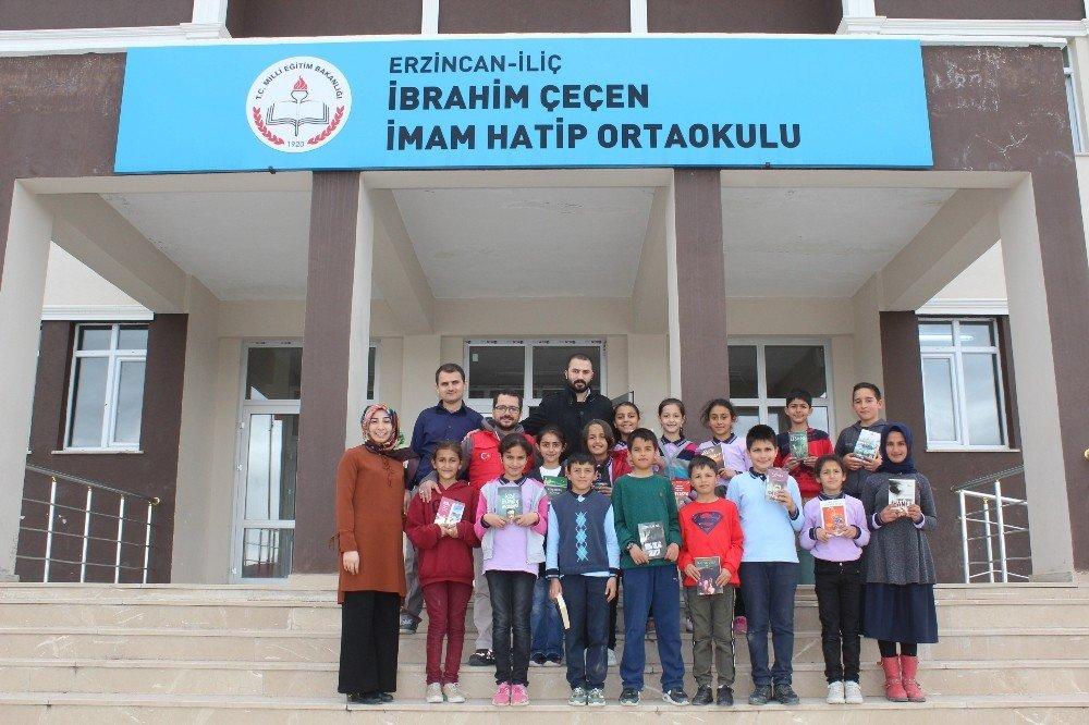 Erzincan'da Gençlerden Köy Okuluna Kitap Bağışı