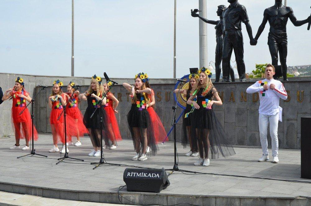 Kuşadası'ndaki 23 Nisan Coşkusuna Ukraynalı Çocuklar Renk Kattı