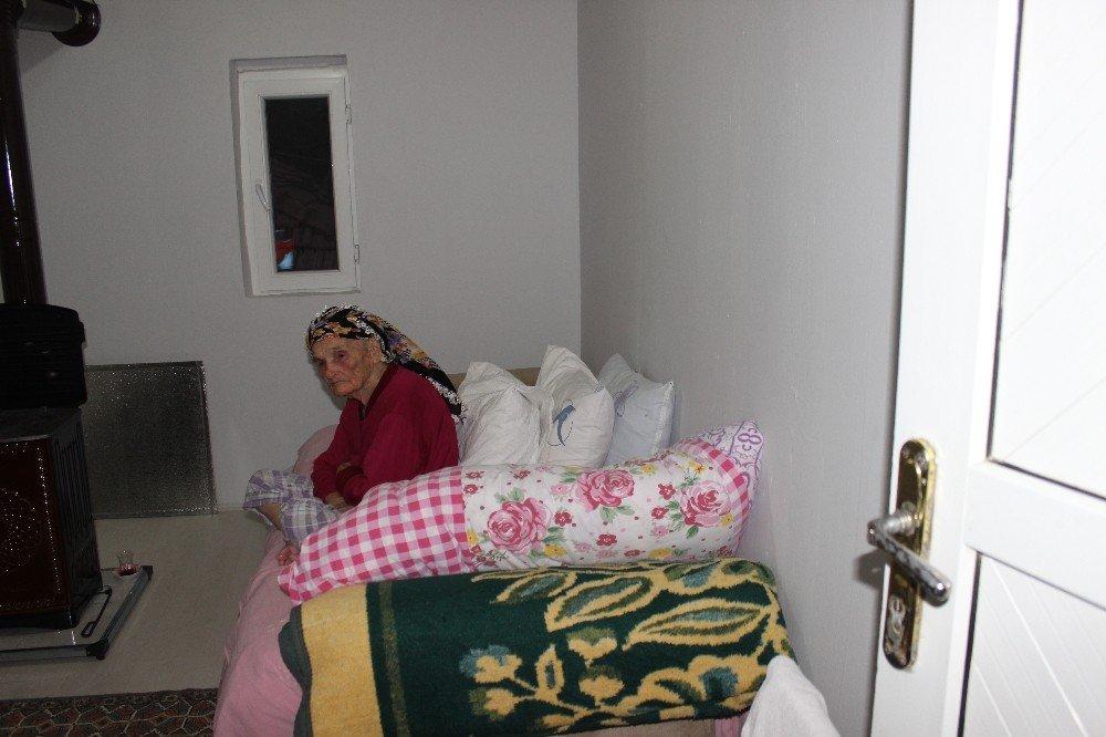 Alzheimer Hastası Yaşlı Kadının Evi Onarıldı