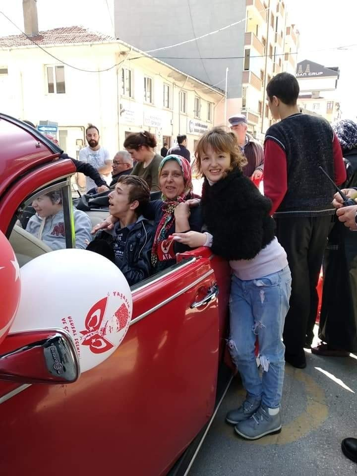 Engelli Miniklerin Klasik Otomobil Keyfi