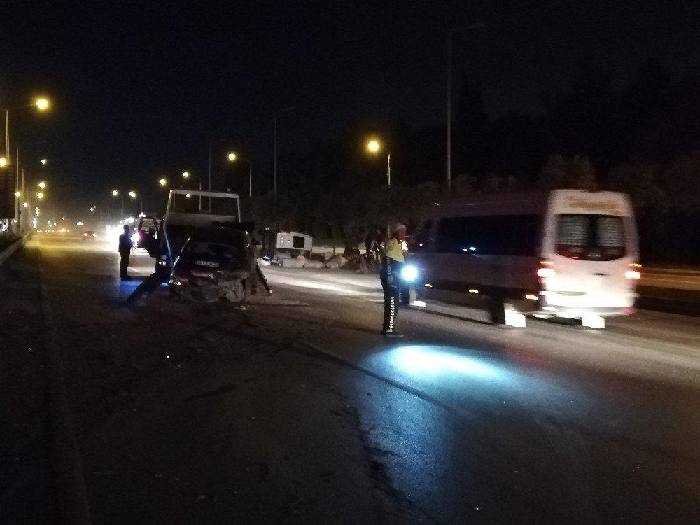 Otomobille Minibüs Çarpıştı: 3 Yaralı