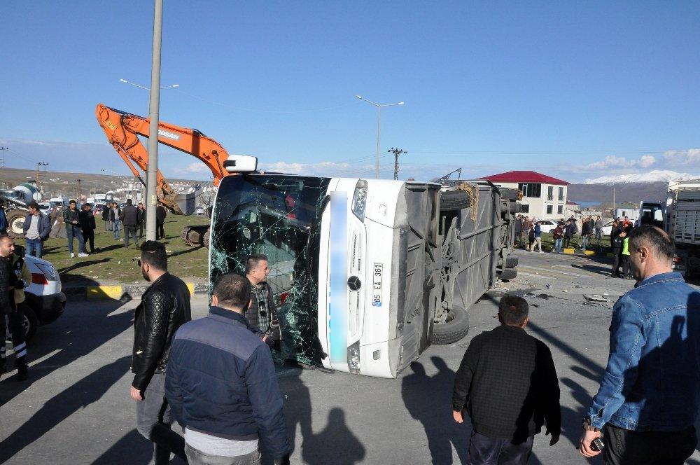 Bitlis'te Yolcu Otobüsü İle Tır Çarpıştı: 34 Yaralı