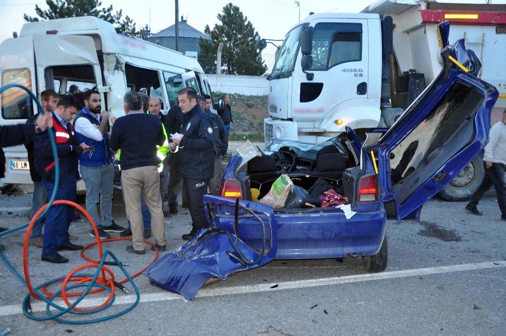 İşçi Servisi İle Otomobil Kafa Kafaya Çarpıştı: 3 Ölü, 8 Yaralı