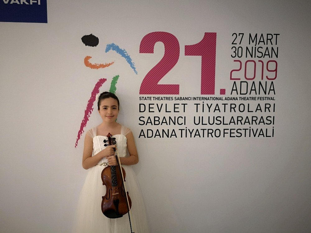 Genç Yetenek Elif'ten Tiyatro Festivalinde Keman Resitali
