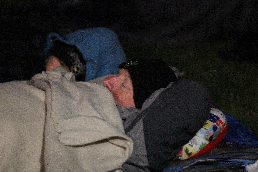 Anzaklar Uyku Tulumlarının İçerisinde Ayini Bekliyor