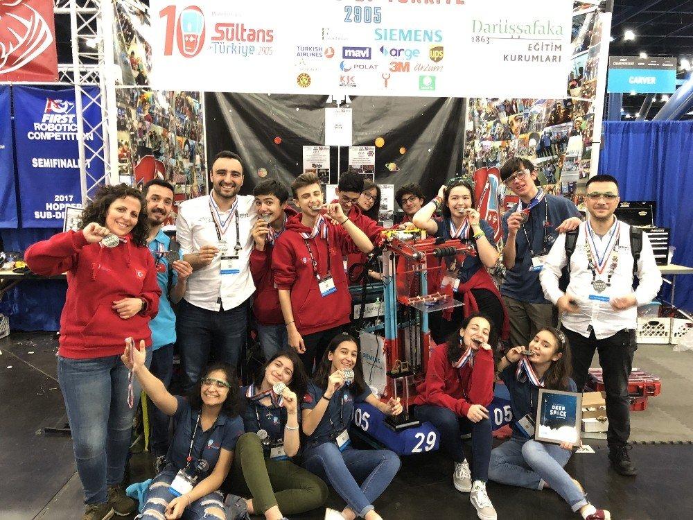 Siemens'in Desteklediği Darüşşafakalı Gençler Kendi Ürettikleri Robotla Tarihe Geçti