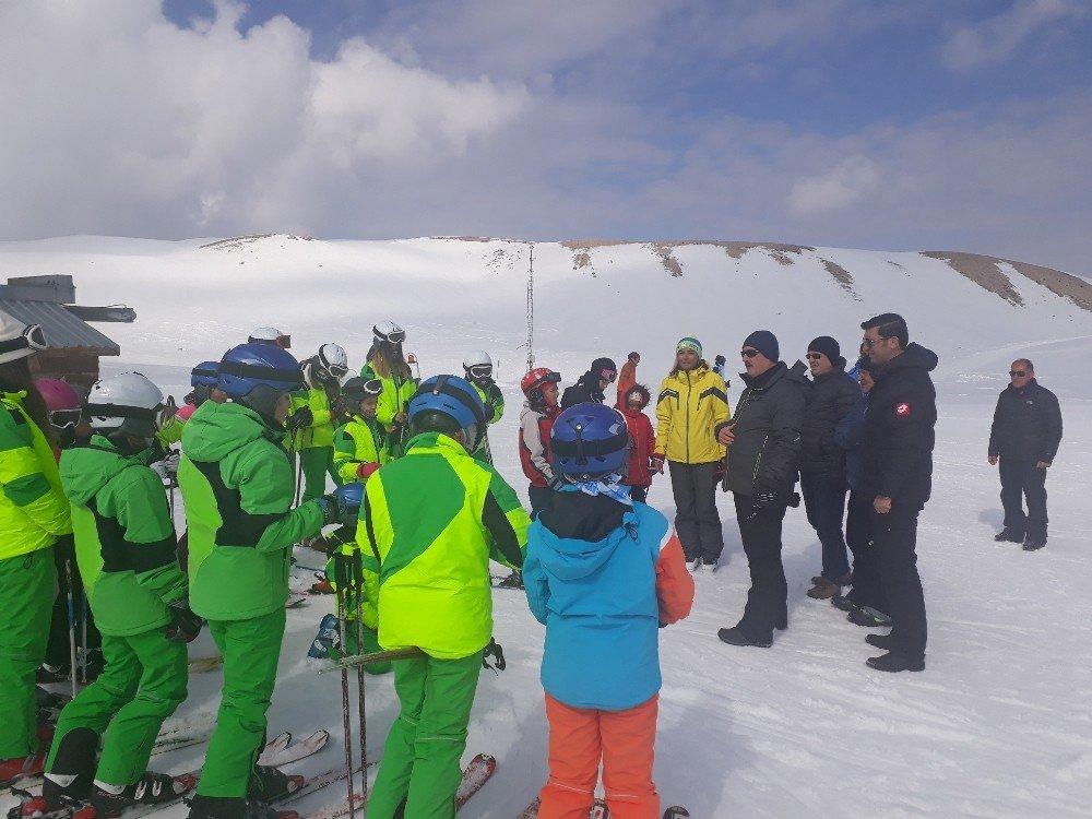 Vali'den, Minik Kayakçılara Köylerinde Ziyaret