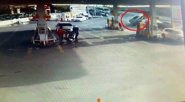 Başakşehir'de Faciadan Dönüldü, Bir Araç Benzinliğe Daldı