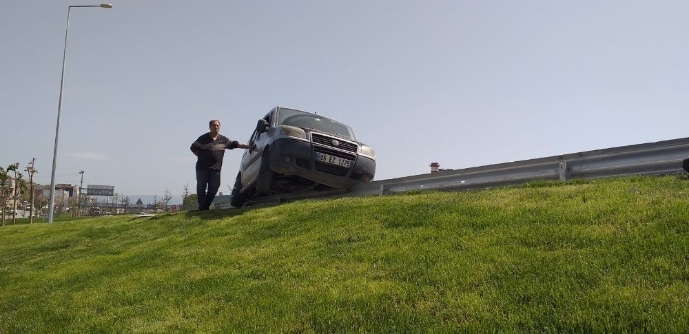 Seyir Halindeki Araçta Çay Keyfi Kaza İle Sonuçlandı