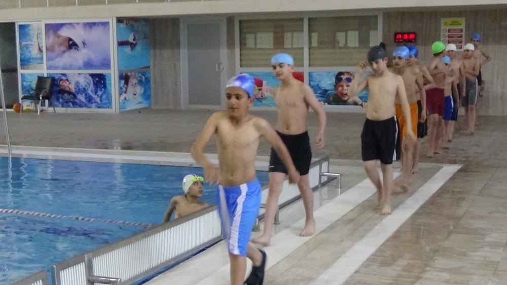 Sokaktan Sanata Kazandırılan Çocuklar Yüzme Öğreniyor