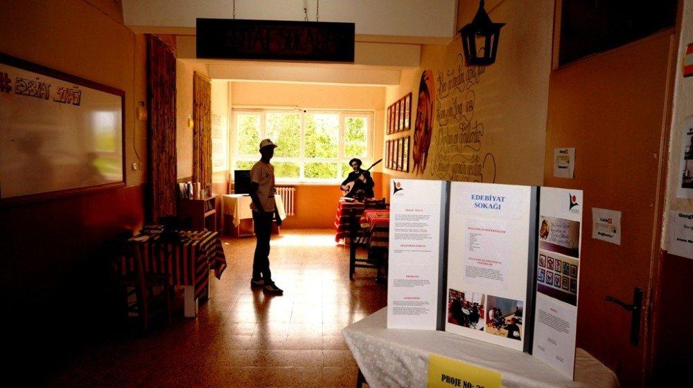 Okul Koridoru 'Edebiyat Sokağı'na Dönüştü