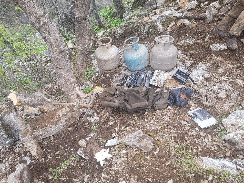 Tunceli'de 3 Girişli Mağarada Terörist Cesedi Elegeçirildi