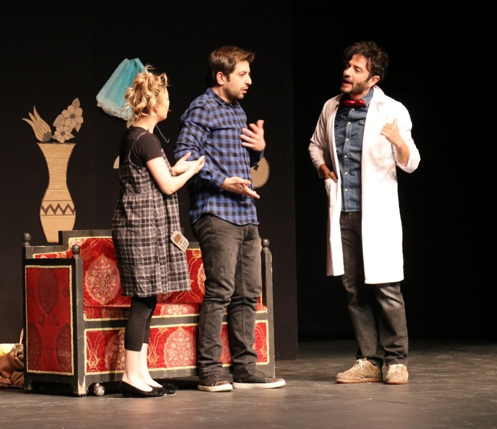 Van'da Tiyatro Oyunu Büyük Beğeni Aldı