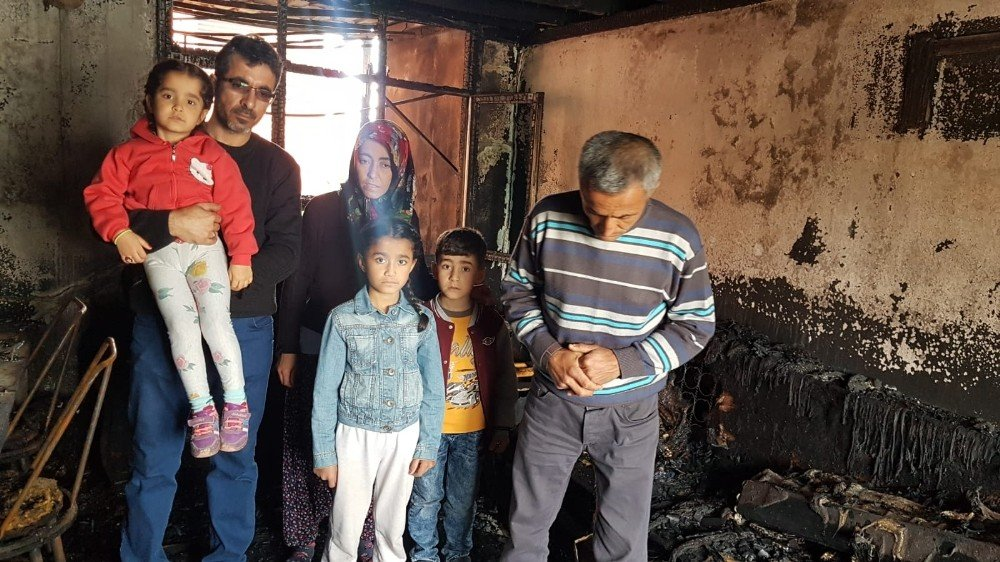 Yangında Evleri Küle Döndü, Canlarını Zor Kurtardılar