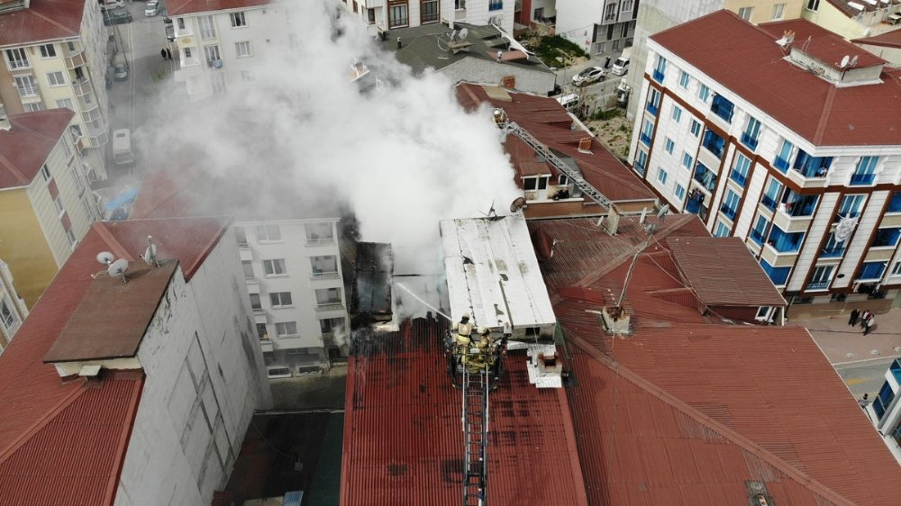 Esenyurt'ta Korkutan Çatı Yangını Havadan Görüntülendi