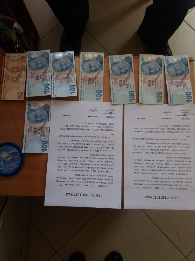 Atm'de Unutulan Parayı Zabıta Memuru Buldu