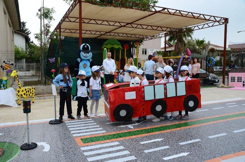 Trafik Kurallarını Öğrenen Minikler Otobüs Rolüne Girdi