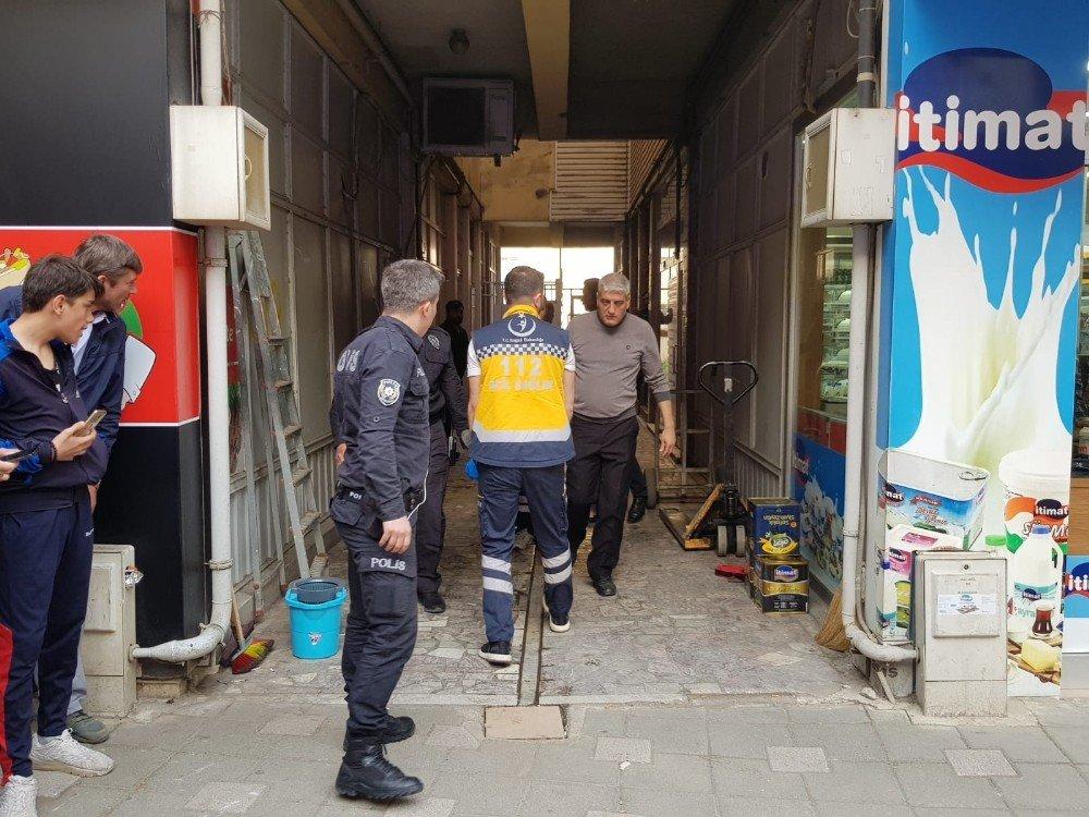 Kuaförü Bastı, Salondaki Kadını 3 Yerinden Bıçakladı