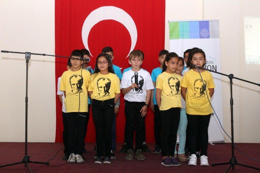 Çal'da Öğrenci Korosunun Seslendirdiği Türküler Mest Etti