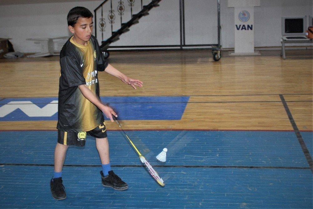 """Van'da """"Yıldızlar Badminton Grup Müsabakaları"""" Başladı"""