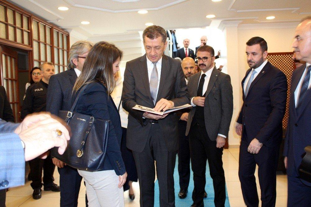 Milli Eğitim Bakanına Öğrenci Sürprizi