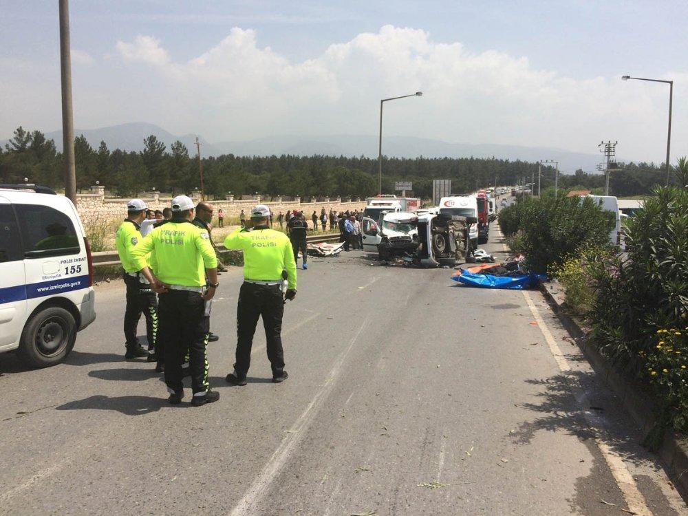 İzmir'in Buca İlçesinde 2 Araç Çarpıştı Ölü Ve Yaralılar Var