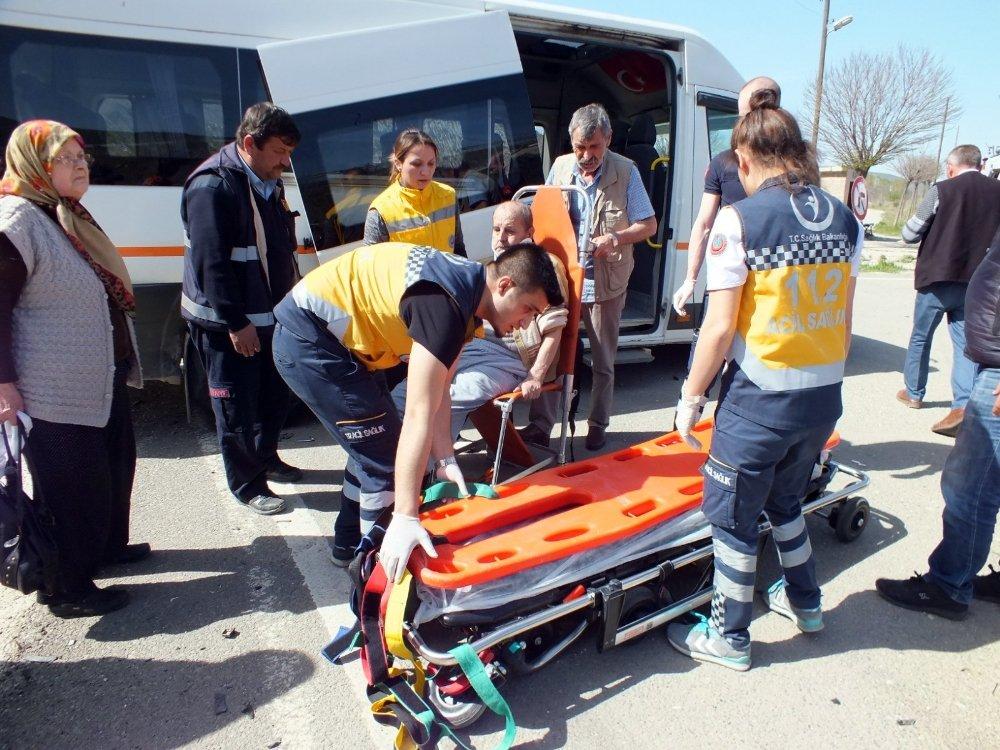 Diyaliz Hastalarını Taşıyan Minibüs İle Otomobil Çarpıştı: 5 Yaralı