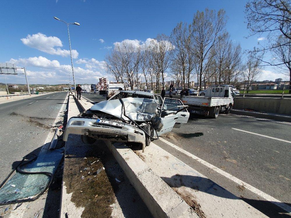 Ters Yönde İlerleyen Otomobil Kamyonetle Çarpıştı: 1 Ölü, 1 Yaralı