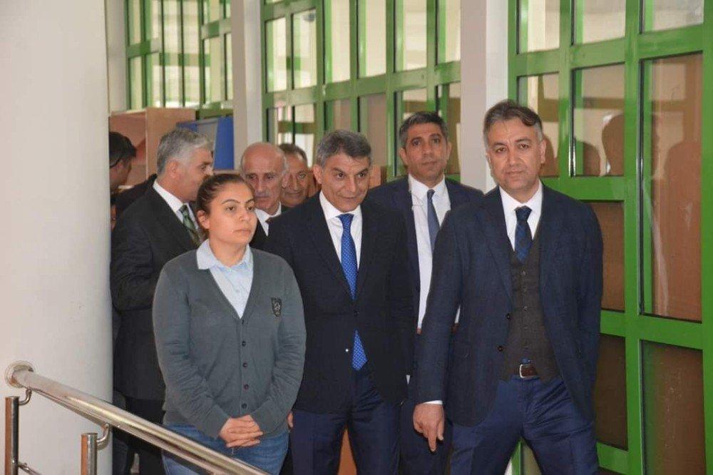 Vali Çağatay'dan Tatvan Halk Kütüphanesi Ziyareti