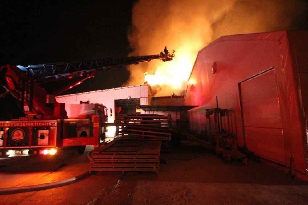 Pamukkale'de Ki Fabrika Yangınına Müdahale Sürüyor