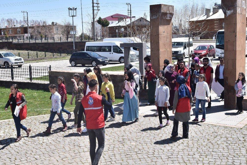 Köylerinden İlk Defa Çıkan Çocuklar, Ahlat'ın Tarihi Mekanlarını Gezdi