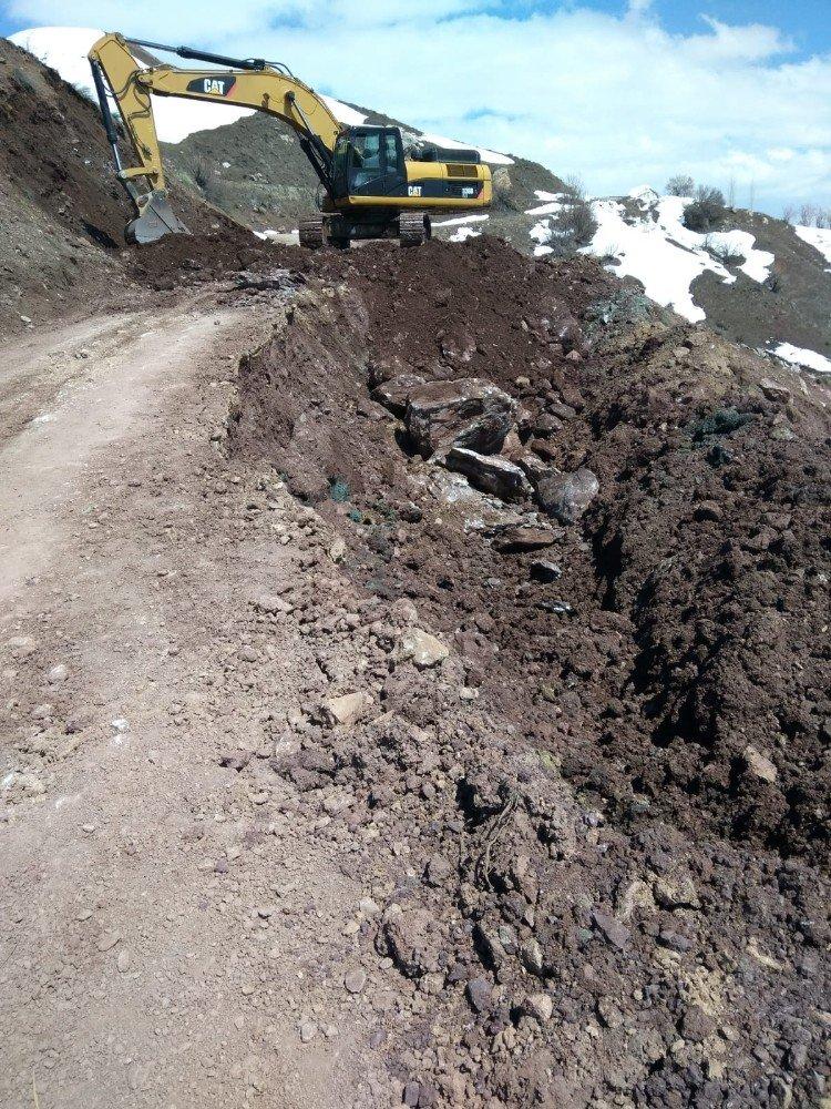 Yüksekova'da Çöken Yol Onarıldı