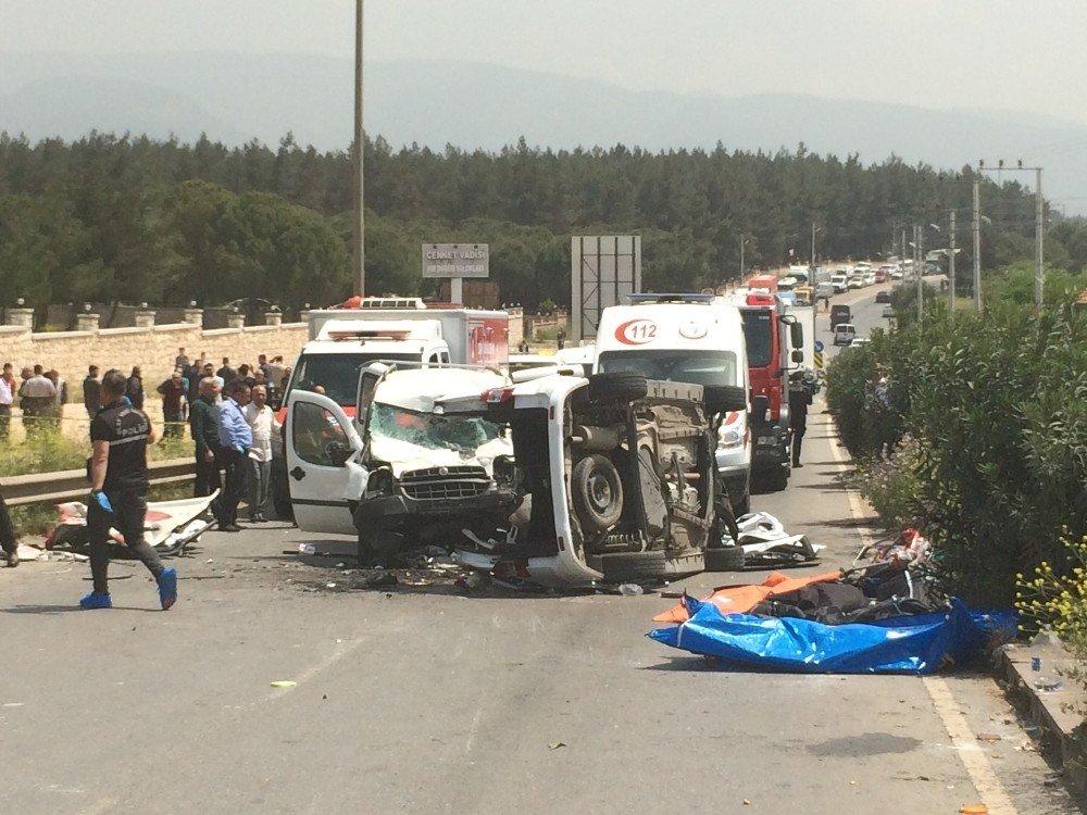 İzmir'in Buca İlçesi Kaynaklar Bölgesinde 2 Araç Çarpıştı. Kazada Ölü Ve Yaralıların Olduğu Bildirilirken Çok Sayıda Ambulans, Polis Ve İtfaiye Ekibi Bölgeye Sevk Edildi. Bölgede Kaza Nedeniyle Trafik Kilitlendi.