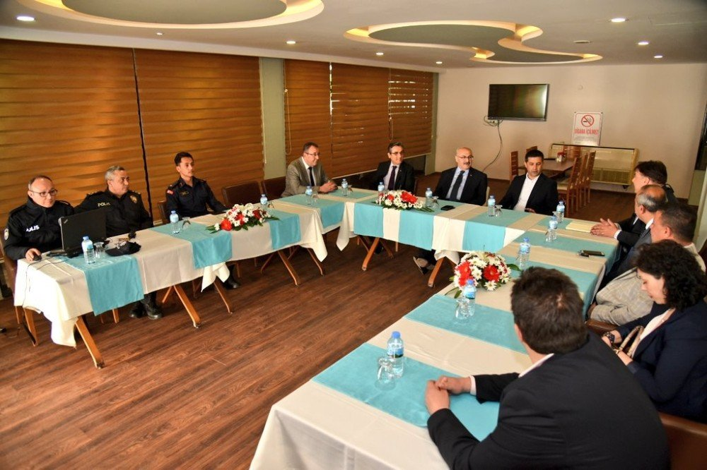 Vali Köşger, Kuşadası İlçe Danışma Kurulu Toplantısına Katıldı