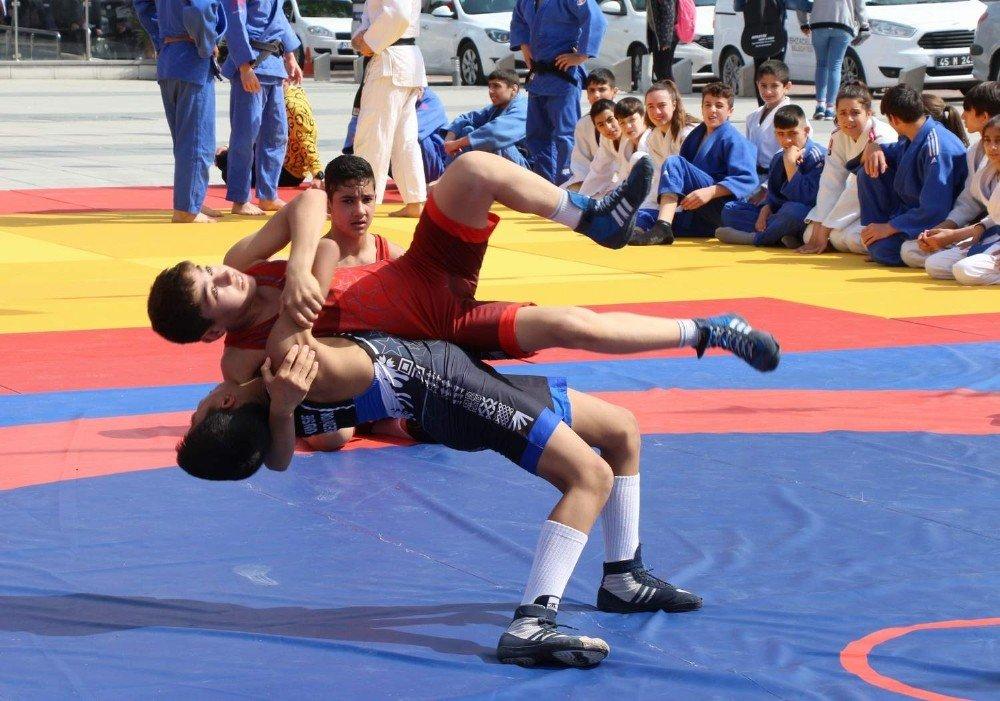 Manisa Cumhuriyet Meydanında Spor Panayırı Kuruldu