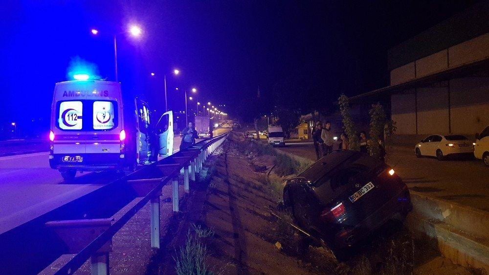 Kaza Yapan Araç Bariyerin Üzerinde Süreklenip Su Kanalına Düştü