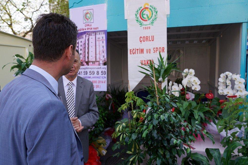 Belediye Başkanı Kendisine Hediye Edilen Çiçekleri Satılması İçin Bağışladı