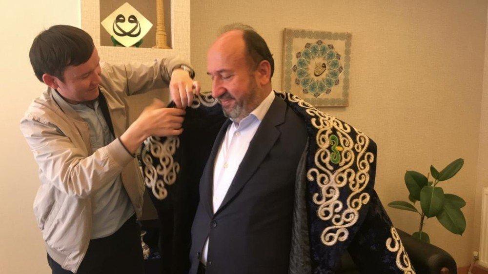 Kazak Öğrenciden Milletvekili Kavuncu'ya Bey Kaftanı
