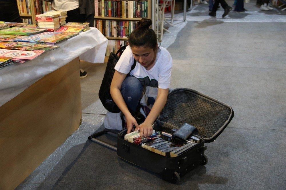 Okul Harçlığından Biriktirdiği Paralarla Bir Bavul Dolusu Kitap Aldı